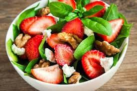 وصفة سلطة السبانخ مع الفراولة والجوز