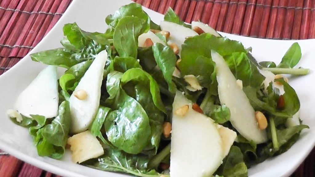 وصفة سلطة الجرجير مع التفاح والصنوبر